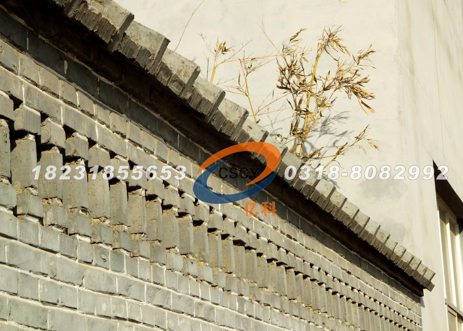 青砖勾出白缝,屋脊翘角飞檐